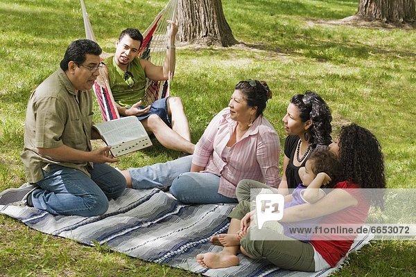 sitzend Zusammenhalt Decke lernen Bibel