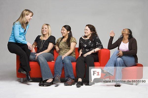 Frauen zusammen lachen