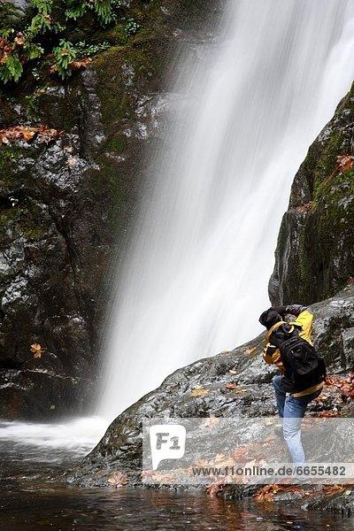 Tourist  fotografieren  Wasserfall