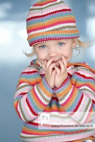 Farbaufnahme  Farbe  klein  Hut  Pullover  Mädchen