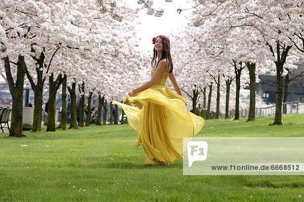 zwischen  inmitten  mitten  Frau  Blume  Baum  gelb  tanzen  Kleid zwischen, inmitten, mitten ,Frau ,Blume ,Baum ,gelb ,tanzen ,Kleid