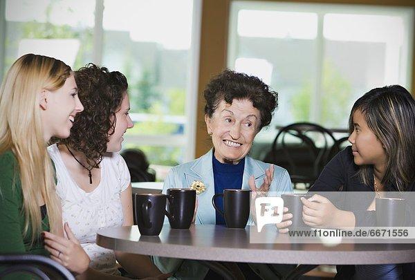 Senior  Senioren  Jugendlicher  Frau  über  Kaffee  Mädchen  unterhalten