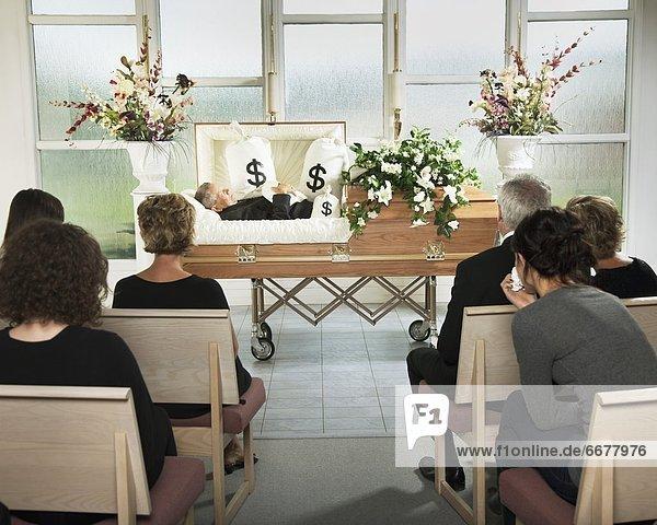 liegend  liegen  liegt  liegendes  liegender  liegende  daliegen  Tasche  Geld  umgeben  Sarg  Begräbnis