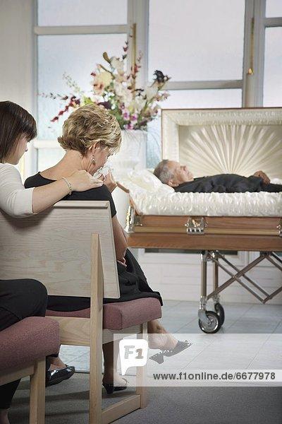 liegend  liegen  liegt  liegendes  liegender  liegende  daliegen  Sarg  Begräbnis
