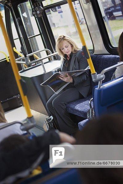 sitzend  Frau  Großstadt  Omnibus