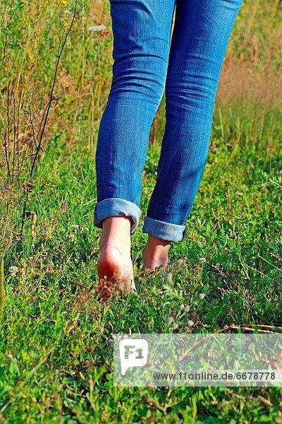 Frau  gehen  blau  barfüßig  Jeans  Gras