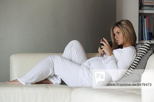 Frau Schwangerschaft Entspannung Couch
