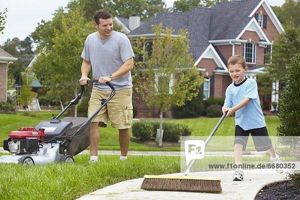 Menschlicher Vater  Sohn  arbeiten  Garten