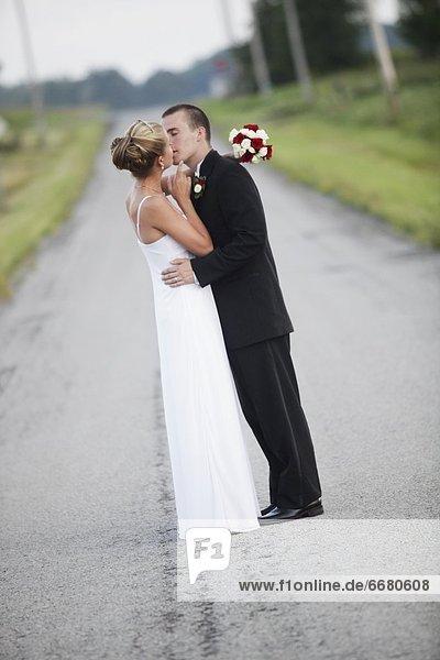 Braut  Bräutigam  küssen  Fernverkehrsstraße  Mittelpunkt