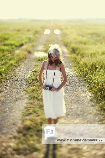 stehend  Frau  Fernverkehrsstraße  weiß  schmutzig  Kleid