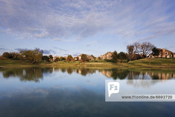Gebäude Spiegelung Teich