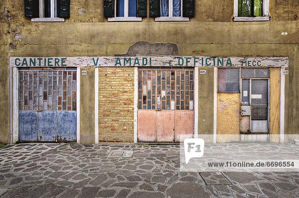 Farbaufnahme Farbe Wohnhaus Stadtplatz Fliesenboden