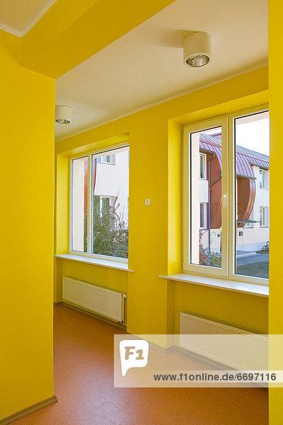 Korridor  Korridore  Flur  Flure  gelb  Schule