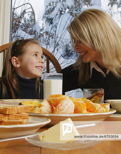 lächeln  Tochter  Tisch  Mutter - Mensch  Frühstück