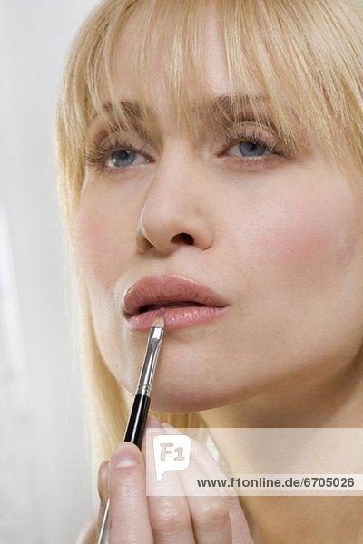 eincremen  verteilen  Frau  Lippenstift  auftragen  Bürste mund