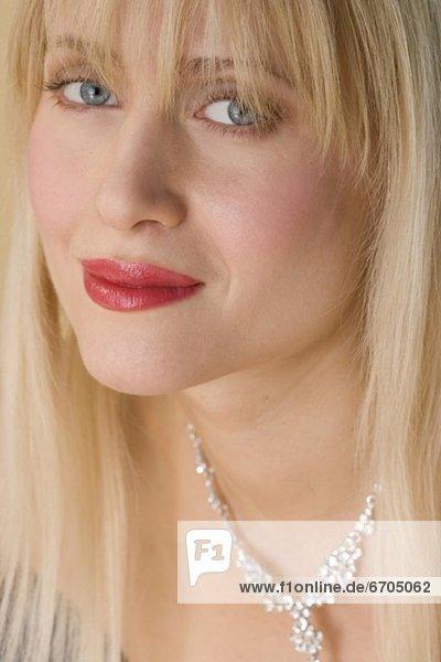 Frau  lächeln  Halskette  Kette  Kleidung  Collier mund