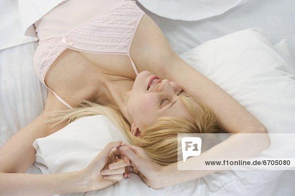 Frau  lächeln  strecken  Bett