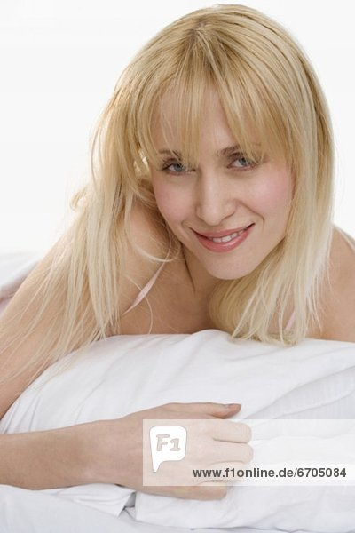 Portrait  Frau  lächeln  Kopfkissen