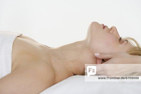 Halbportrait  Frau  Massage  bekommen