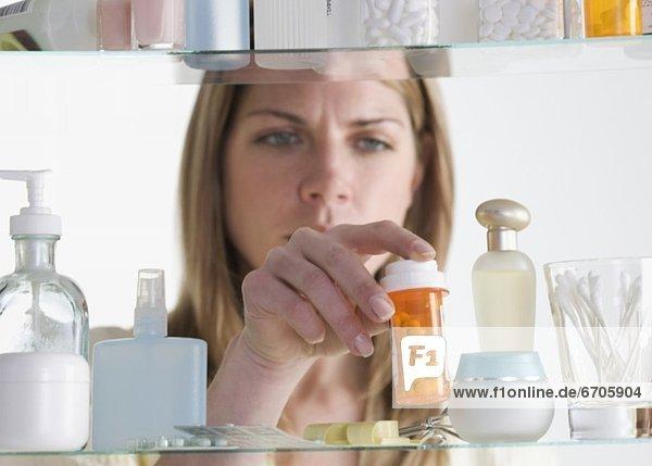 Frau  Gesundheitspflege  entfernen  entfernt  Schrank