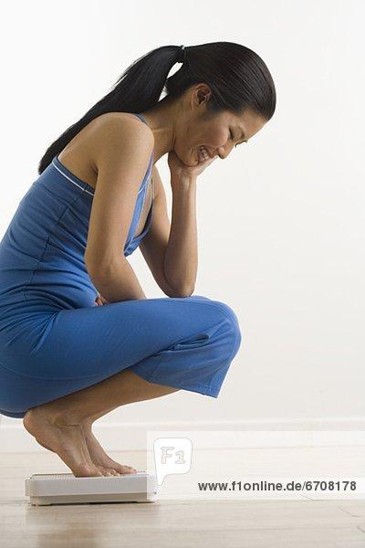 Waage - Messgerät  Frau  Prüfung  Gewicht
