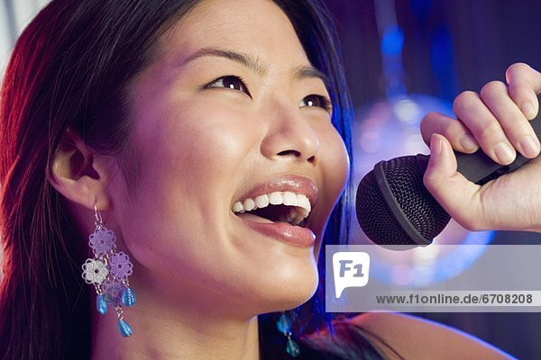 Frau singen in Mikrofon