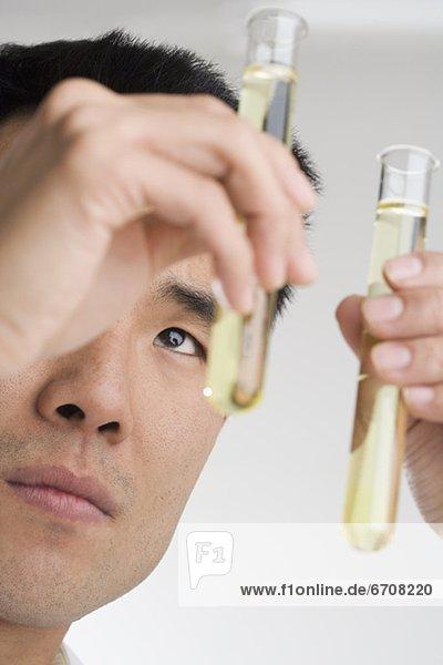 Wissenschaftler Durchführung ein experiment