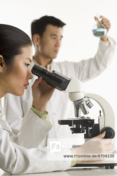 Wissenschaftler  Meßbecher  Mikroskop