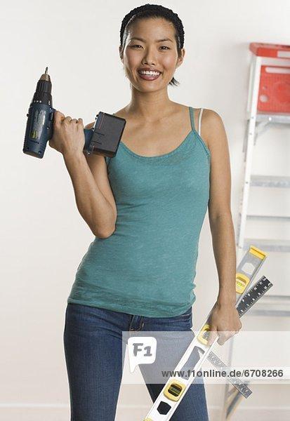Portrait Frau Wohnhaus reparieren