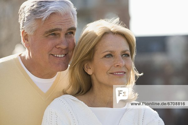 Fröhliches Seniorenpaar im Freien