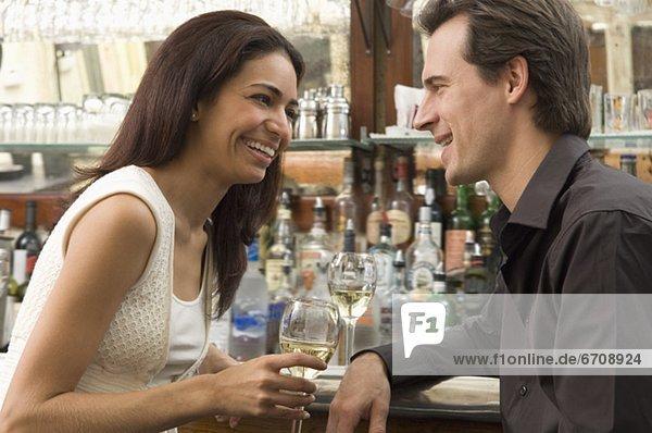 Paar im Gespräch bei Bar