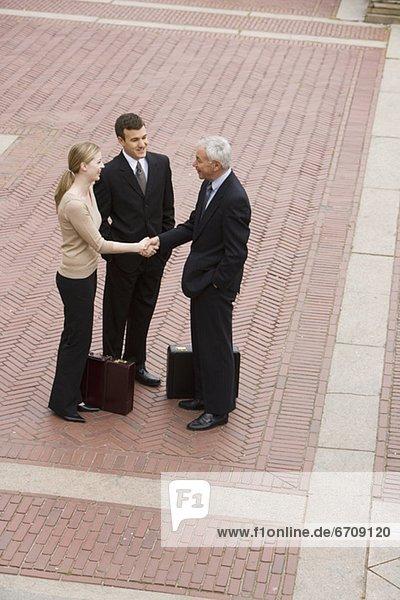 Außenaufnahme  Mensch  Menschen  Geschäftsbesprechung  Besuch  Treffen  trifft  3  Business  freie Natur