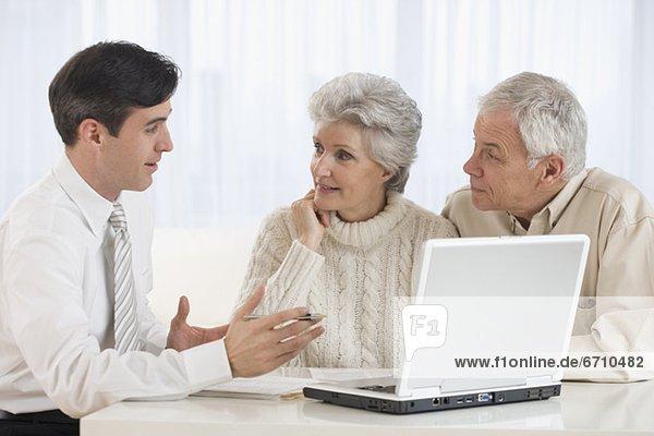 Senior Senioren sprechen Geschäftsmann zu Hause