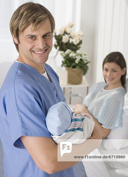 Neugeborenes  neugeboren  Neugeborene  Portrait  Menschlicher Vater  Krankenhaus  halten  Baby