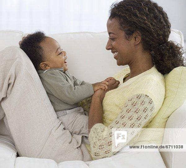 lachen  Couch  Mutter - Mensch  Baby