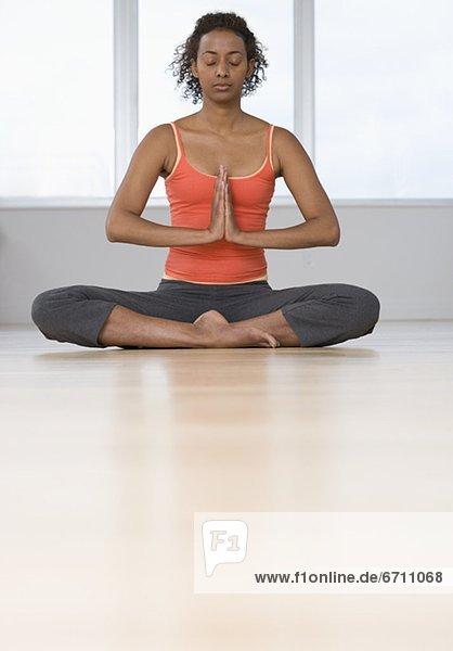 Innenaufnahme  Frau  üben  Yoga