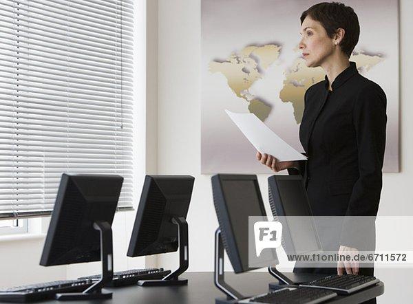 Geschäftsfrau  Computer  Tisch