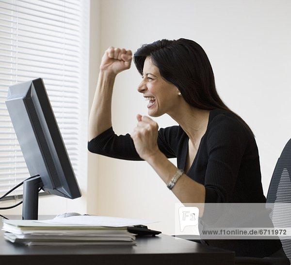 Geschäftsfrau  Computer  jubeln