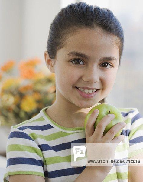 hoch  oben  nahe  halten  Apfel  Mädchen