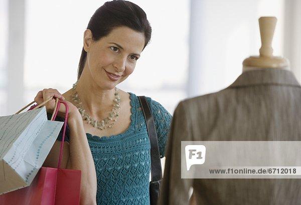 Frau  sehen  Kleidung  Laden