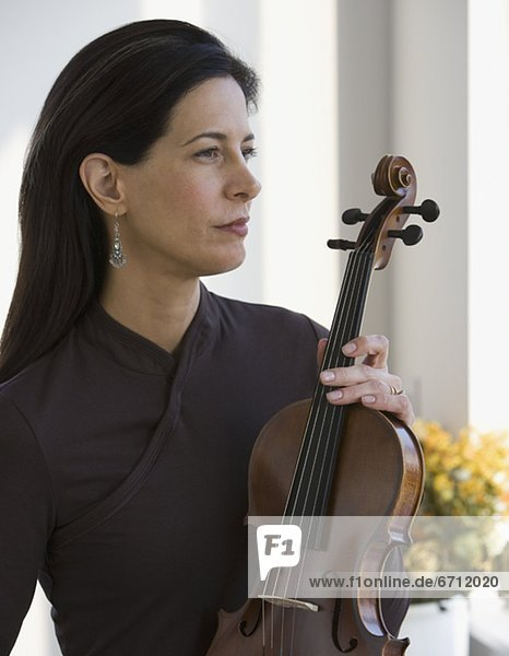 Frau hält eine Geige