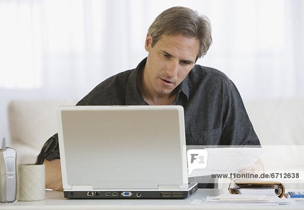 Mann  Notebook  bezahlen  zahlen  Rechnung