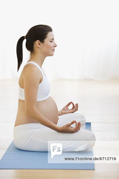 Schwanger weiblich Yoga üben