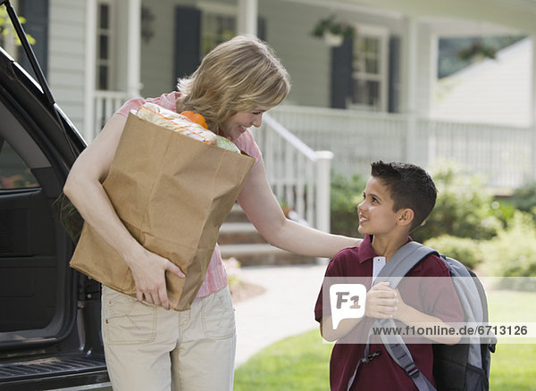 lächeln Sohn Lebensmittelladen halten Mutter - Mensch