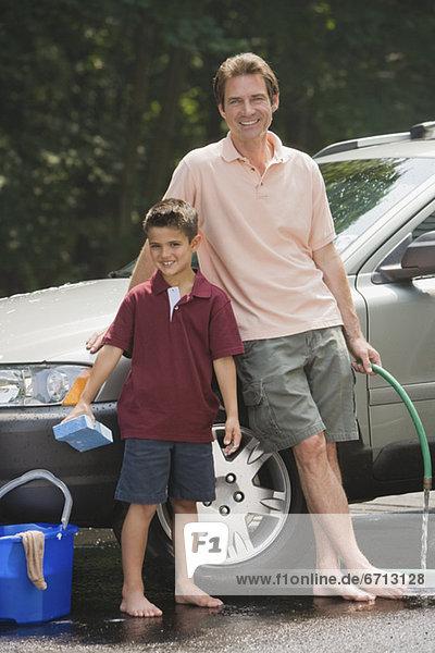 Menschlicher Vater Sohn Auto waschen