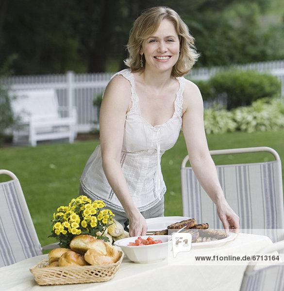 Außenaufnahme Frau Tischset Tisch freie Natur