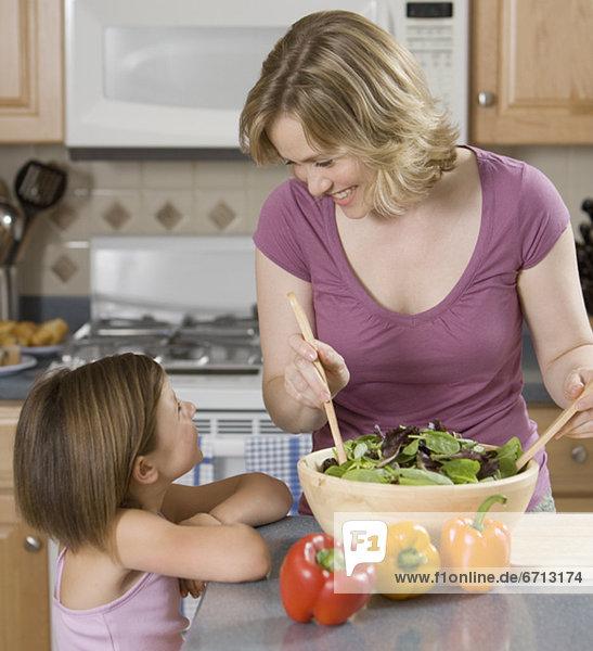 Mutter und Tochter lächelnd einander