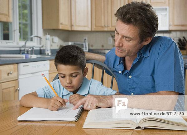 Vater helfen Sohn bei den Hausaufgaben