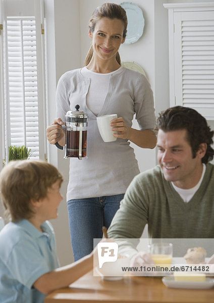 lächeln  Menschlicher Vater  Sohn  Tisch  Mutter - Mensch  Frühstück