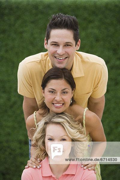 Pose  Freundschaft  multikulturell